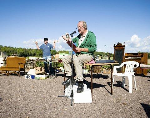 Auksjonarius: Kjell Mathiesen ledet auksjonen, omkranset av orgel, melkespann, stoler, kasser og mye, mye mer.FOTO: KJETIL BROMS