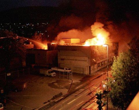 Det er få minutter etter at bomben gikk av i Konnerudgata. Brannvesenet er på plass og vi ser at taket på Drammens Is-bygningen er i full fyr.