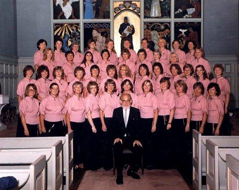Helge Birkeland er den som har dirigert koret lengst, fra 1971 til 1991. Bildet er trolig fra 1983.  FOTO: TORE SANDBERG