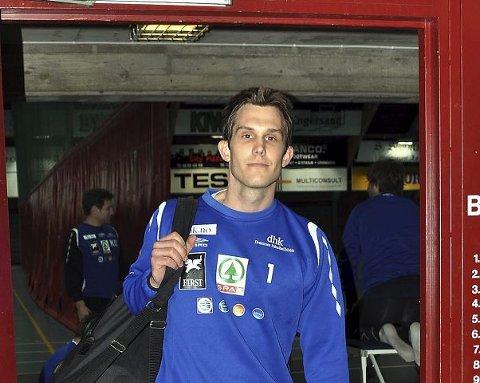 PAKKER SAMMEN. Målvakten Mathias Kolstad Holm tar ikke med seg håndballbagen når han i juli reiser til studier i New Zealand. Da skal han bare være student fram til jul. <B>FOTO: </B>ROY JOHNSEN