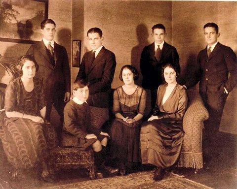 Hans Peter Faye og hans kone Margaret Lindsay hadde åtte barn. Bildet er tatt i 1924. Foto utlånt av Christine Faye.
