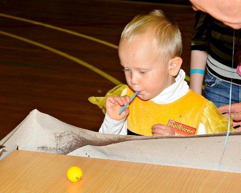 Henrik Kallenius erfarte at det ikke er lett å blåse en liten ball med sugerør når du bare er tre år gammel.