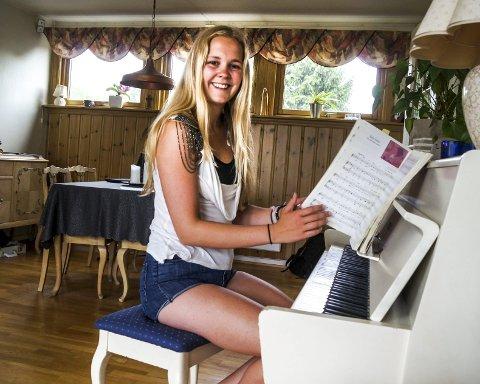 Alt-mulig-musiker: Beate Kirkerød har piano som hovedsintrument, men hun kan spille på det meste som lar seg spille på. Hun kan danse også – begynte med ballett da hun var 6 år. Under turneen med Up with People skal hun i første omgang synge. – Jeg håper jeg får danse litt også. Det er jo så gøy! sier 19-åringen.