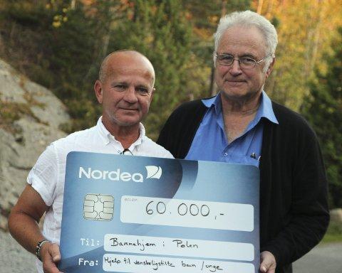 Overrekkelsen: Wieslaw Konieczny (t.v.) var tilbake i Kolbotn og fikk sjekken overrakt av en stolt Jan B. Pedersen.