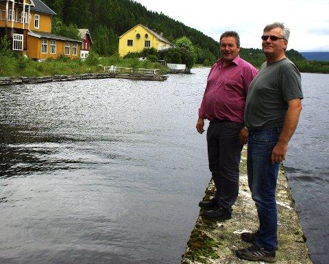 BRYGGA: Ordfører Norvald Illevold tv. og gruppeleder i AP, Geir Byggstøyl på brygga ved Aasheim Hotell. Her vil M/S Storsjø bli å se til sommeren.Foto: TOR STRØMSMOEN
