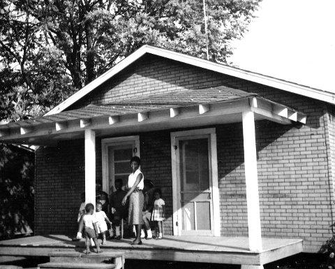 VASKEHJELPEN: De hvite voksne skulte, men Gro Nylander fikk reise på besøk til den svarte vaskehjelpen Elizabeth og hennes familie i Dyersburg.