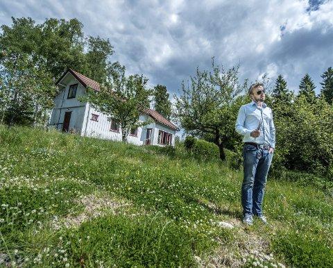 IDYLL: – Vi bevarer hagen med gamle epletrær og bærbusker, så er planen å opparbeide felles lekeplass, felles kompost og parseller for kjøkkenhage, sier daglig leder Espen Pettersen.BEGGE FOTO: CHRISTIAN CLAUSEN