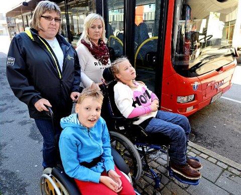Henrik (10) og Linnea (10) fikk ikke være med på skoletur fordi de satt i rullestol. Mødrene Line Leren (til venstre) og Celina Sjøberg er oppgitte.