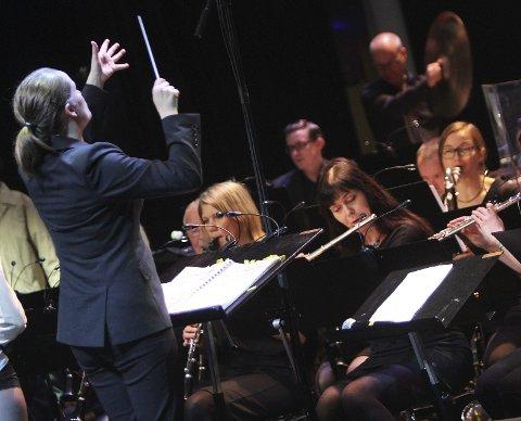 DIRIGENT: Maria Molund dirigerer Kolbotn konsertorkester.