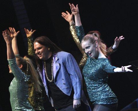 SHOW: Herodes showet stort i «King Herod», her ved Alexander Nygård flankert av Las Vegas-aktige dansere.