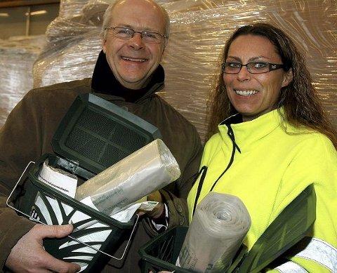 Daglig leder i RfD, Bendik Os og daglig leder Unn Kristin Hofmann i Renotec viser fram bioposene og de nye beholderne.