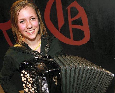 (TREKKSPILL KINE MARIE) k Kine Marie Karlsen har spilt i fem år, har instrument til en verdi av 30 000 kroner og stortrives. - Men jeg hører jo ikke på trekkspillmusikk da. Det er artig å spille men…, sier hun nesten unnskyldende.