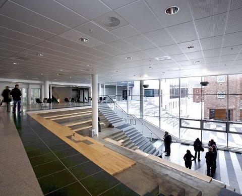 Utbyggingen av Kirkeparken videregående skole i Moss sentrum er ifølge Erling Dokk Holm en forbilledlig måte å utvikle et bysentrum på. – I Moss har man gjort veldig mye riktig, sier han.