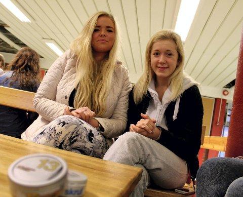 Maren Hanstad (19) (fra venstre) og Cathrine Fjeldly (18) går på Ski vgs. Maren snuser, men det gjør ikke Cathrine. De tror det vil ta tid før forbudet vil få skikkelig effekt.