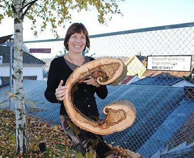 Camilla Wallin fra Frogn bibliotek sikret seg en stor C da det gamle treet utenfor arbeidsplassen ble felt. FOTO: KAY OLAV WINTHER D.E.