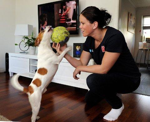 Hunden Max får mye oppmerksomhet av matmor Tine Stange, som har et langt skadeavbrekk fra håndballen. Om noen måneder må Max dele opp- merksomheten med en liten baby.  FOTO: OLAF AKSELSEN
