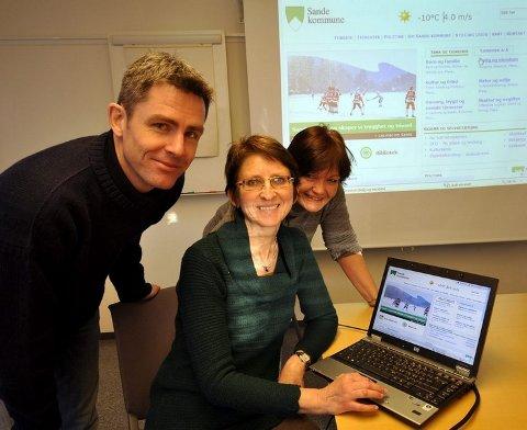 Informasjonskonsulent Anita Pettersen (midten) har ledet arbeidet med kommunens nye nettside samme med Jon Eirik Homb og Heidi H. Larsen.