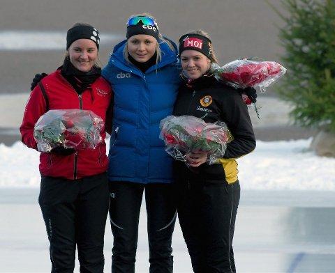 Sandefjord Skøiteklubbs talentfulle løper, Sofie Karoline Haugen (t.v.) sikret seg sølvmedalje på lørdagens sprint under skøyte-NM i Tønsberg. Her sammen med vinneren Hege Bøkko (i midten) og bronsevinner Ellen Bjertnes fra Geithus. Søndag ble det pallplass også på den avsluttende 5.000-meteren.  Foto: Sander Hvammen