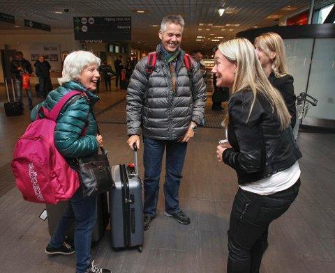 JUBILERER: Ryanair feiret torsdag at de har vært 5 år på Moss Lufthavn Rygge. Samtidig ble passasjer 7 millioner på Rygge markert. Pål Erik Bustgaard og kona Mariann Bustgaard fra Hvaler ble gjort stas på av flyplassens Silje Thoresen. Bak til høyre: Neringa Öhrström. (Foto: Geir Hansen)