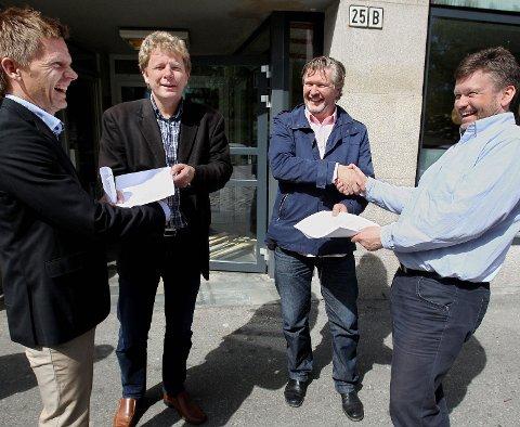 Godt jobbet! Ordfører Tage Pettersen (til venstre) og kulturutvalgsleder Sindre Westerlund Mork (til høyre) mottok analysene fra Parkteatrets Geir Meum Olsen og Per-Olav Sørensen.