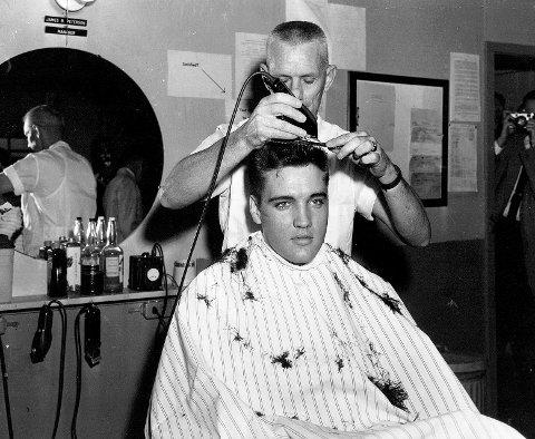 1958: Elvis Presley sitt vakre ansikt kommer til sin rett hos frisøren i 1958. FOTO: NTB SCANPIX