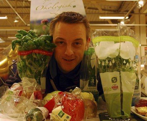 HODET FULLT. Rolf Ingvar Fuglerud har hodet fullt av økologiske urter og salat. Snart begynner gartneren å produsere salaten økologisk også. FOTO: TORE SHETELIG