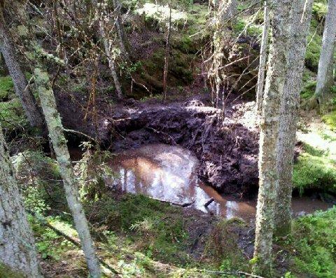 Et krater på flere meter i diameter står igjen etter at Forsvaret destruerte dynamitten.