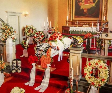 Under begravelsen ble kirken pyntet med cross-utstyret hans, samt den oransje signalfargen.