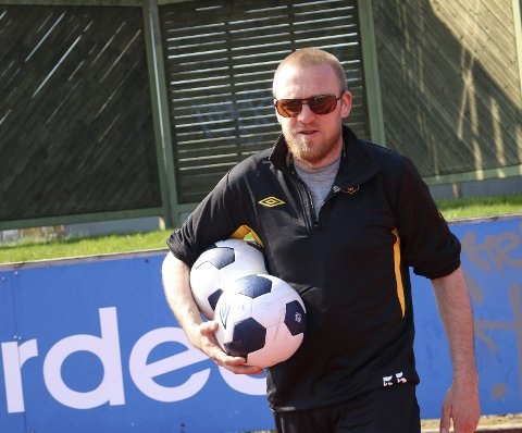 Ballgutt: Øyvind Horten henter baller etter skuddtrening.