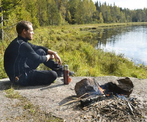 Foretrekker du å nyte høsten utendørs, foreslår friluftsblogger Helge Risnes bålkos i skogen. – Jeg kan sitte i timevis å se inn i flammene, sier han.