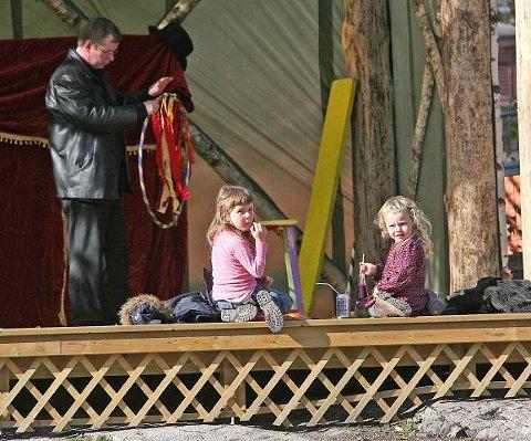 SIRKUS: Cornelia (t.v.) og Emily Dring Waage venter spent på at sirkuset skulle begynne.