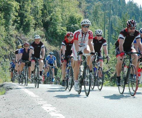 Bjørn Ringstad (t.h.) og resten av mosjonistene i Team Kranken tok initiativet til sykkelturen fra Lier til Utvika Camping. Rundt 60 syklister var med på å hedre ofrene for Utøya-massakren.