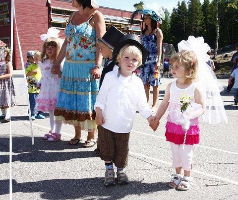 Her står Noah og Helene nærmest, mens Ida og Sebastian står bak. De danset i skolegården etter turen rundt på feltet. Foto: STIG PERSSON