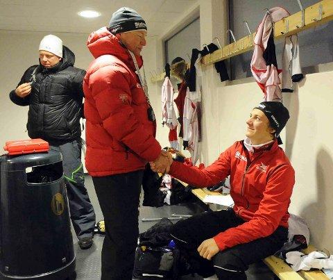 Landslagstrener Jarle Pedersen gratulerte Kristian Fredriksen. Bak står trener Kent Kolnes.