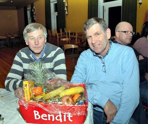 Gevinster: Håkon Halvorsen (t.v.) og Geir Sletengen vant henholdsvis en halv gris og fruktkurv.
