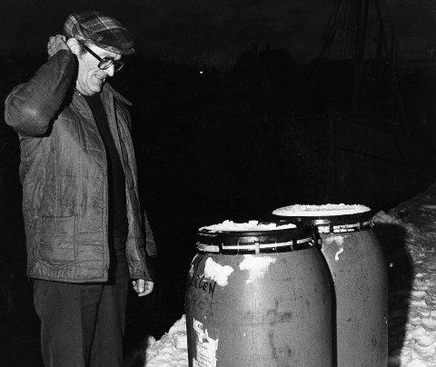 Sildekrim: Magne Kallevik hos K. Kolbeinsen & Co. A/S fikk et lite mysterium da 150 tønner med sild forsvant i desember 1981. En båt fra Stavanger hadde plukket med seg tønnene i god tro. Foto: Kjell Strand