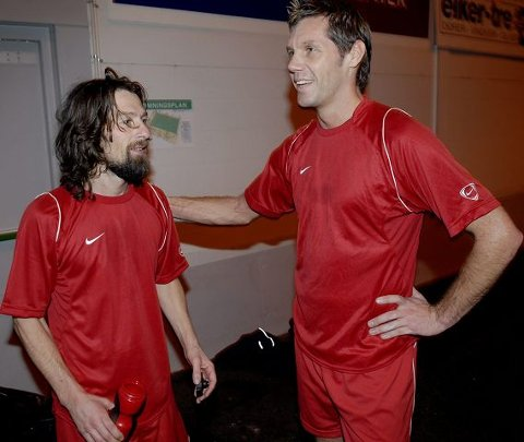 LAGKAMERATER. Det var en hyggelig tone mellom Thomas Andrè Ødegaard og Erik Mykland under gårsdagens showkamper i Kollen-cup. FOTO: PER ARNE JUVANG