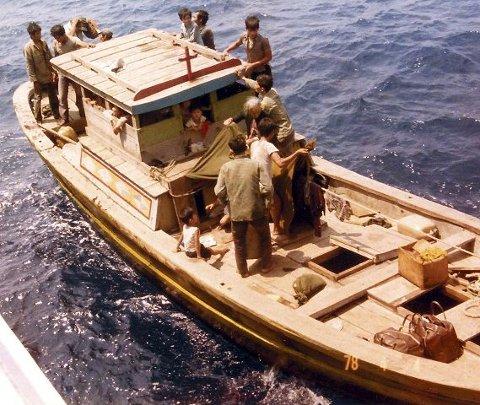 Her blir båten med familien til Nguyen reddet av det norske gasskipet «Fernbrook» i 1978. Young tittet ut fra styrehuset.