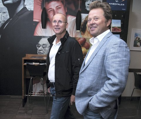 FACE THE MUSIC: – Jeg får vel bare «Face the music», sa Arne Hjeltnes da han kom til Hamar. Her møtte han ansvarlig for stupetårnet som har inspirert han til å skrive romanen, Hamar-ordfører Morten Aspeli (venstre). Foto: Jo E. Brenden