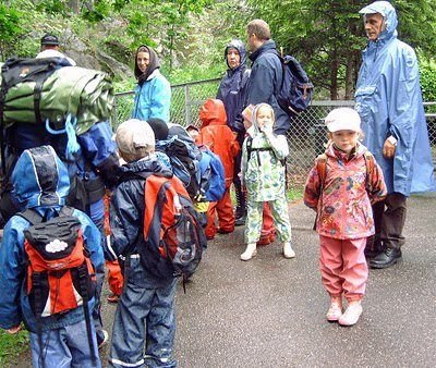 Klar til avmarsj. Været var ikke det beste, men regn skremmer ingen i Trollberget barnehage. FOTO: KAY OLAV WINTHER D.E.