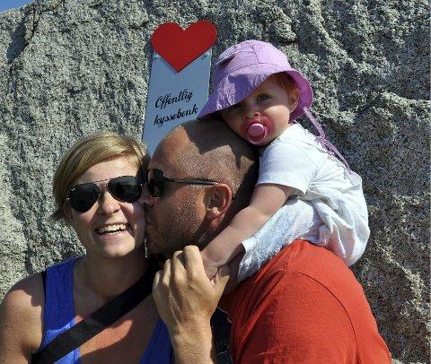 SMÅBARNSFAMILIEN: Silje B. Christoffersen får suss på kinnet av mannen Christian som har datteren Camilla på skuldrene.  Alle foto: Anne Tørressen