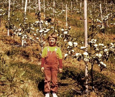ODELSJENTA: Ruth er odelsjente, og var mye med på gården og jobbet og lekte. Nå er det ikke fruktproduksjon der lenger.