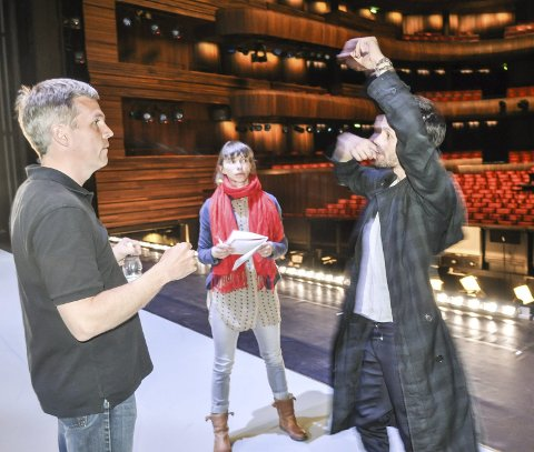 Sveriges nye stjerneskudd, Alexander Ekman, viser Per Kristian Skalstad hvilke bevegelser danserne gjør hvor i musikken.
