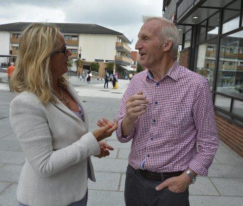 Enige: Arve Egil Lillevold gjør det klart for informasjonsdirektør Siv Stenseth at han lever, takket være hjertestarteren som er utplassert i Brumunddal.
