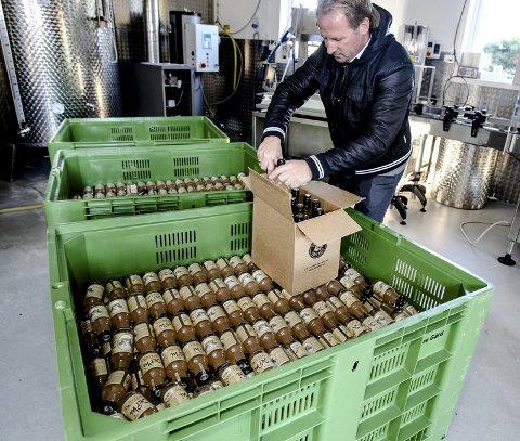Eplemosten fra Dyre Gård gjøres klar for utkjøring til stadig flere butikker på Østlandet.