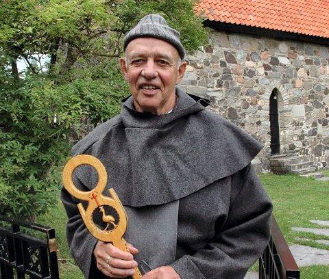 KLAR TIL VANDRING: Leder Ole Jan Aasen gleder seg til pilegrimsvandring onsdag kveld. Vandrerstaven var i sin tid en gave til Aasen fra en ugandisk biskop. Alle foto: Guri Larsen