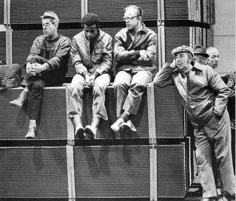 Arbeiderne på Nøsted Bruk får den tunge beskjeden om at det ugjenkallelig er slutt på virksomheten.