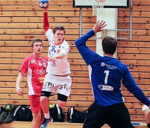 Håvard Åsheim i Haslum-buret (i blått) gjorde livet svært vanskelig for Christian Jakobsen og resten av Follo-rekruttene.