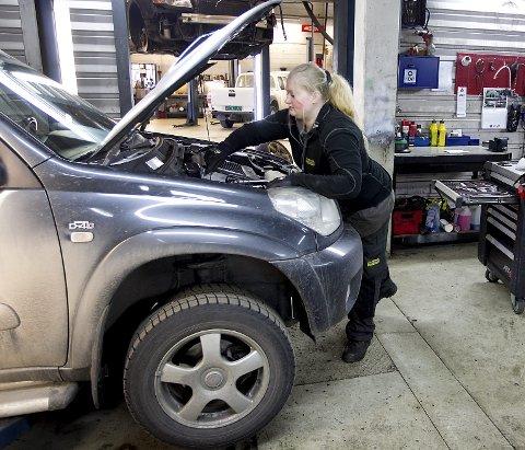 UTRADISJONELL: Etter å ha prøvd seg på et par ulike fag, endte Sandra til slutt opp som bilmekanikerlærling. BEGGE FOTO: BJØRN V. SANDNESS