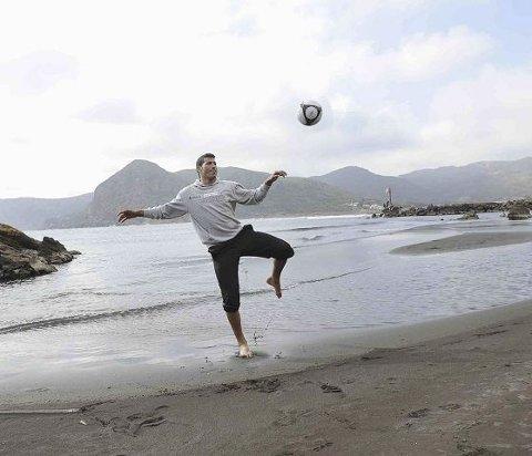 hjemmenært: Abdurahim Laajab følte seg hjemme på stranda rett ved den lille byen Portman sørøst i Spania. – Det ligner veldig på der jeg kommer fra i Marokko, sier Laajab. <B>FOTO: </B>PER ABRAHAM GRENNÆS